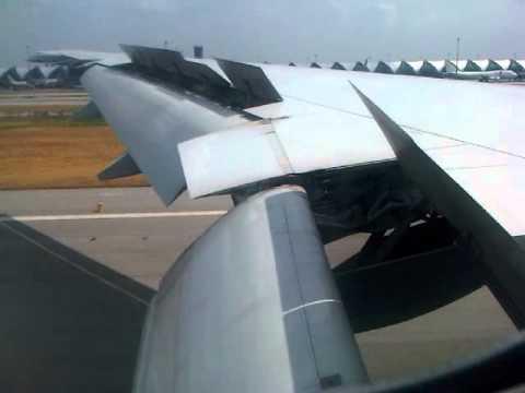 靠近机身的就是波音777飞机展开的襟副翼