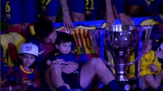 梅西/梅西抱着儿子蒂亚戈/梅西出席夺冠庆典http://hjylc456.com...