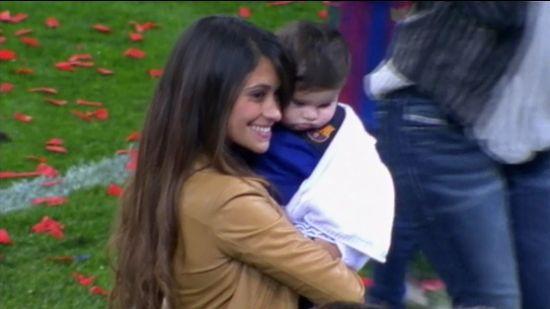 梅西/安东内拉抱着儿子蒂亚戈/梅西...