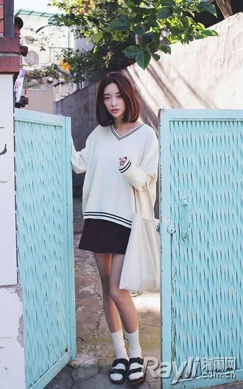 白色深v领针织衫搭配黑色短裙,宽松的白色上衣与黑条纹的结合,简约