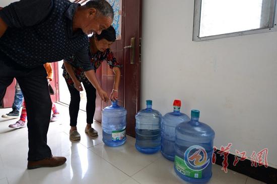 村民家都储备着桶装水