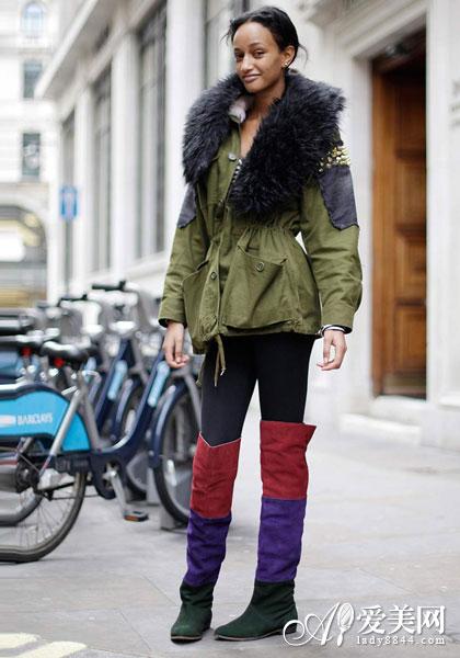 搭配:军装风衣外套+黑色打底裤+撞色长靴+毛绒围巾