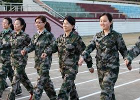 董明珠与员工一同军训(右三)
