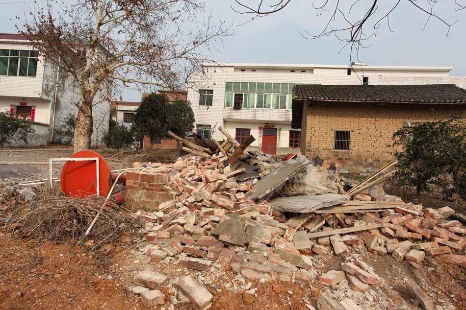 远,就是另一间茅厕废墟,这两间小屋均是建在村子路边的,罗修余