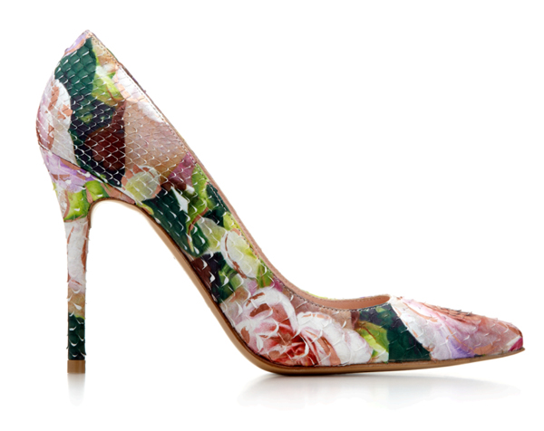 品牌以独特蟒蛇皮及手绘碎花图案重新演绎nouveau 高跟鞋,成为洋溢