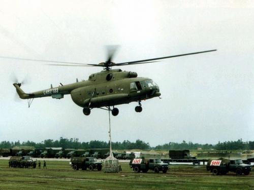 乌军一架米8直升机被狙击手击中油箱起火爆炸