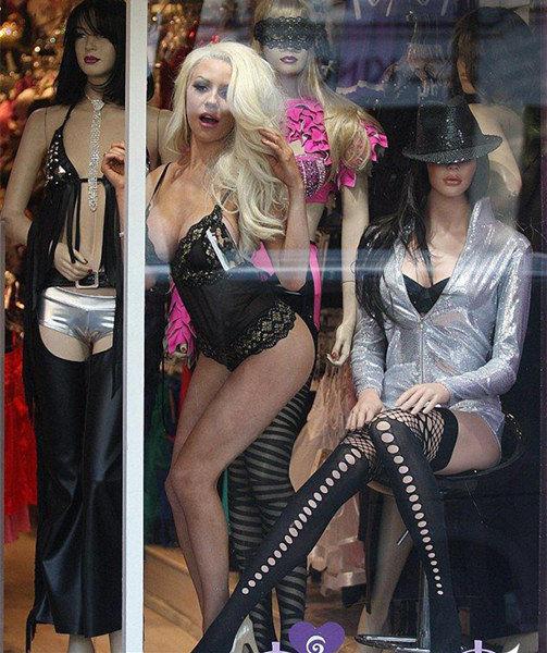 她穿上内衣站在商店的透明橱窗里.-嫩模扮橱窗模特引围观