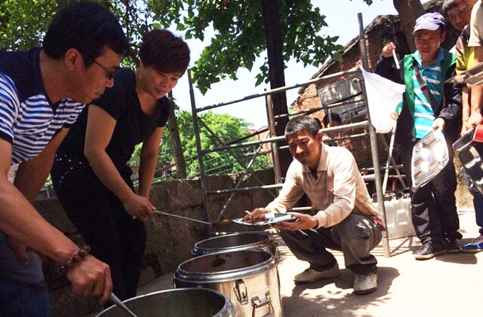 刘德华农民工打扮衣衫褴褛 主动排队打饭[高清大图] - 人在上海    - 中国新闻画报