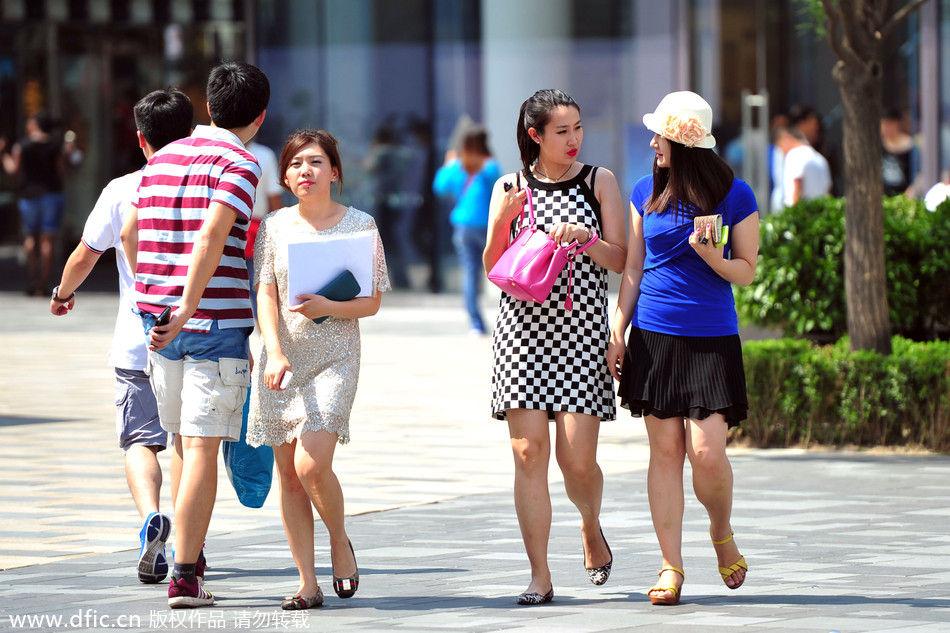 美女秀长腿露美背 北京街头成为天然斗秀场