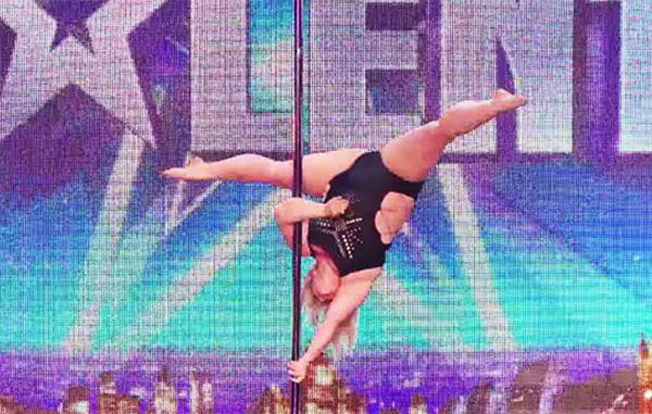 选秀节目《英国达人秀》一名体重近百公斤的女生,穿着高衩镂空连身
