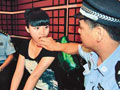 成都警方夜查会所 数十衣着暴露女子被带走