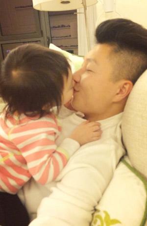 李小鹏晒与女儿亲吻照 奥莉可爱嘟嘴(图)