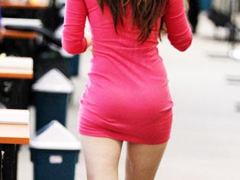 女记者齐臀裙抢镜 风姿绰约曲线尽显