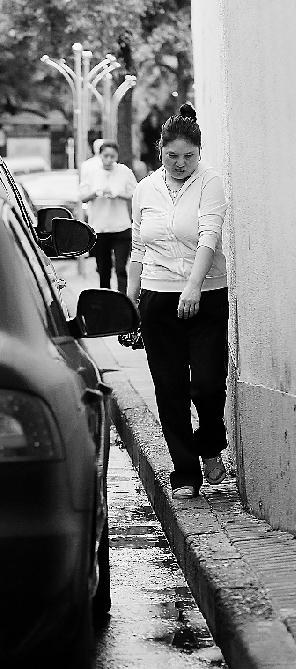 杭州无车日调查 人行道给汽车让路 部分人行道宽40cm 高清图片