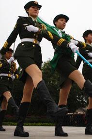"""北京:高校女子国旗护卫队""""<"""