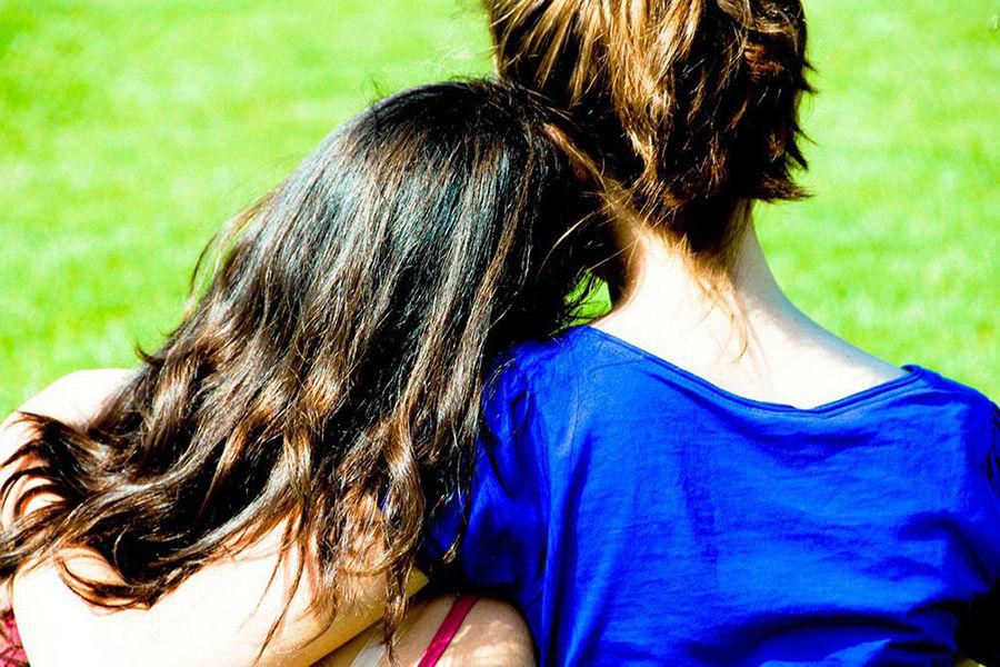 患有先天性肾上腺增生症( 在胚胎发育期睾丸素过多)的女性,跟她们一些没有患此症的女性亲戚比较,前者同性恋的几率较一般女性高。而一些非性别典型的特质(包括喜好的游戏、攻击性、食指无名指长比)会受到出生前荷尔蒙浓度影响。
