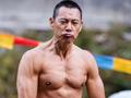 娱乐联播台:58岁张丰毅脱衣秀肌肉