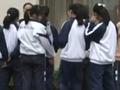 三男子穿警服当街拦下两女中学生 强拉上车