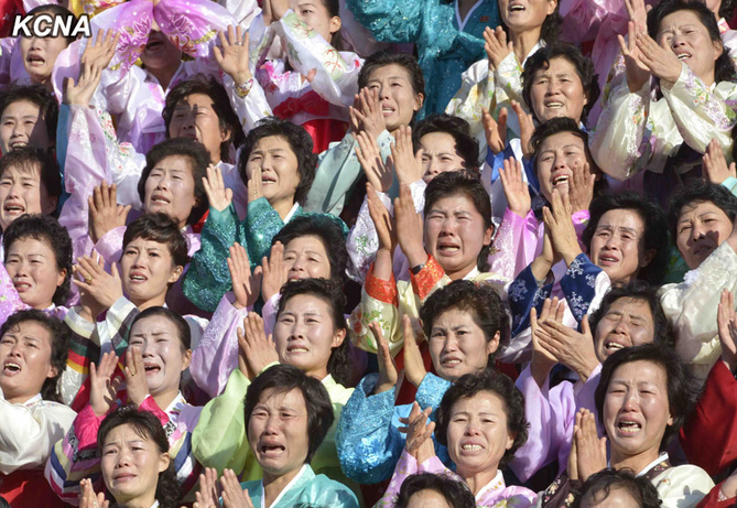 金正恩同朝鲜人民军家属积极分子合影 - 雷石梦 - 雷石梦(观新闻)