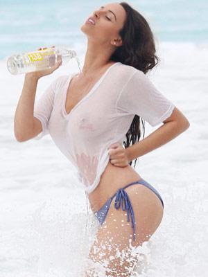 美国女星凯拉海边湿身拍写真