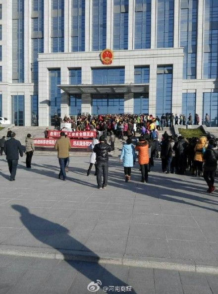 河南千名教师政府门前罢工:工资没涨反遭克扣 - 江湖如烟 - 江湖独行侠