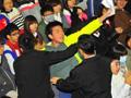 台湾大学生嘶吼冲向马英九 被架起捂嘴拽走
