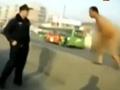 实拍哈尔滨裸男蹲立路中央 突腾空刀劈警察爆头