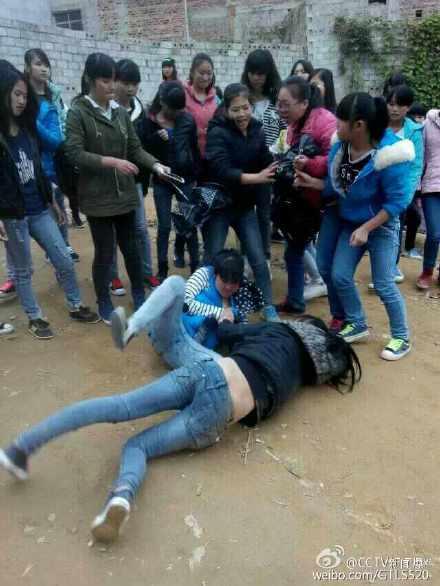 州初中女生打架扒衣_据@cctv新闻爆料:广西宾阳县思陇镇初中女生两帮派打架.现.