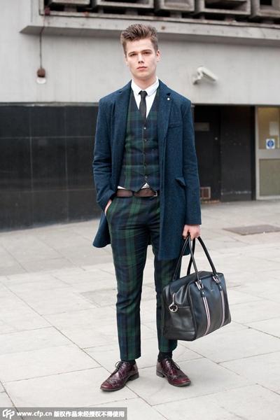 墨绿色格纹西服套装搭配酒红色皮鞋和剪裁精良的蓝色大衣,颜色相图片