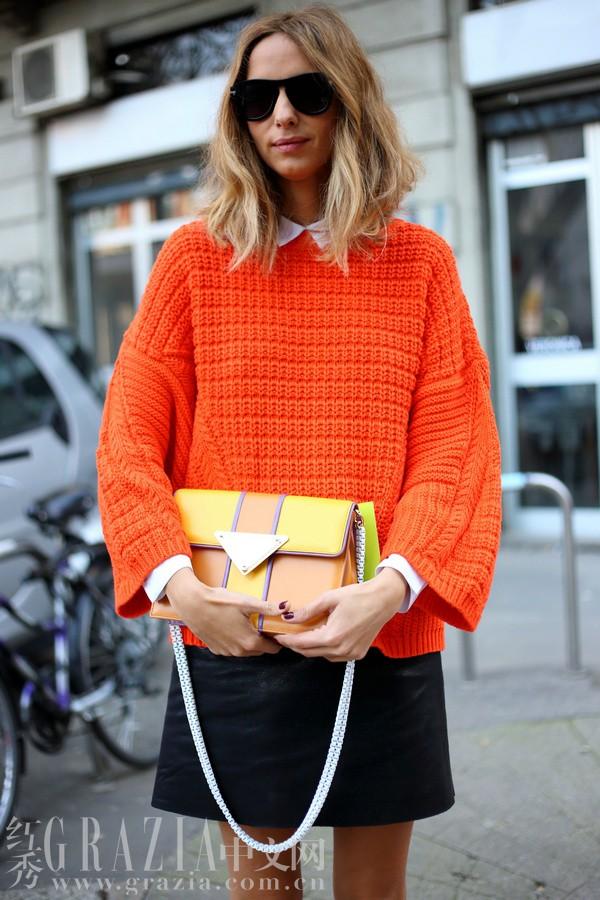 橙色毛衣内搭白衬衫,简洁小黑裙