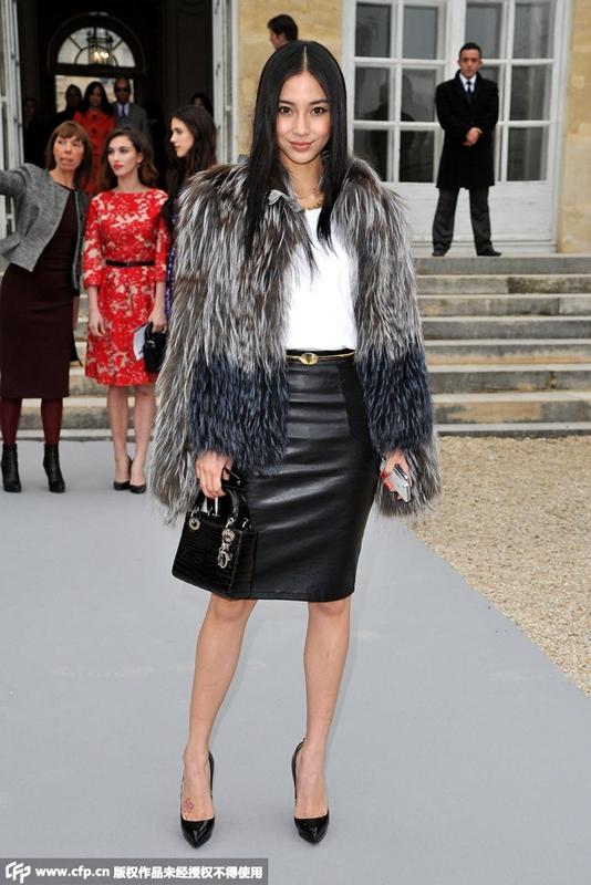 参加2012秋冬巴黎时装周Dior大秀的场外街拍.-Dior 杨颖 图片