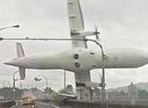 台湾复兴客机坠河