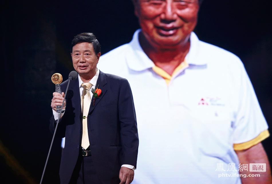 """世界华文媒体集团主席张晓卿爵士为""""木球之父""""翁明辉颁奖"""