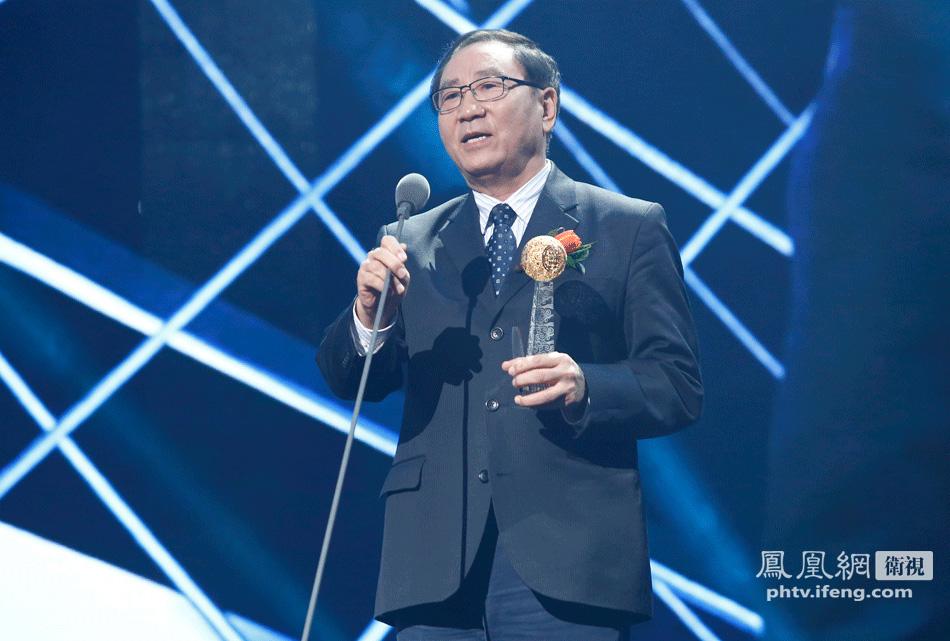 中国新闻社社长为华人杰出气象学家王斌颁发影响世界华人大奖