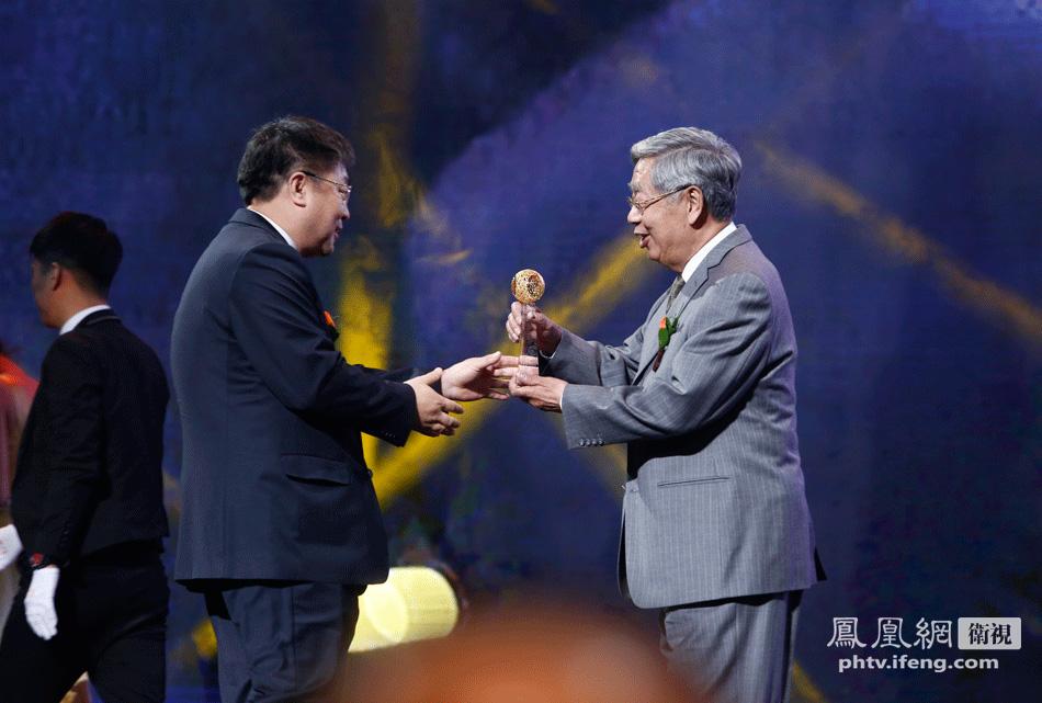 第九届全国人大副委员长许嘉璐为于敏颁发终身成就奖