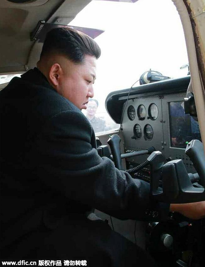 金正恩视察机械厂 坐进飞机驾驶舱亲自起降试飞