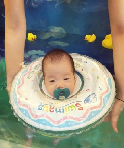 范玮琪晒双胞胎游泳照 宝宝叼奶嘴可爱呆萌