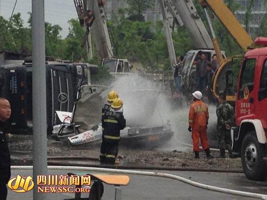 成都:80吨砂石车爆胎翻倒压教练车 车中5人死3人(图) 资讯 第2张