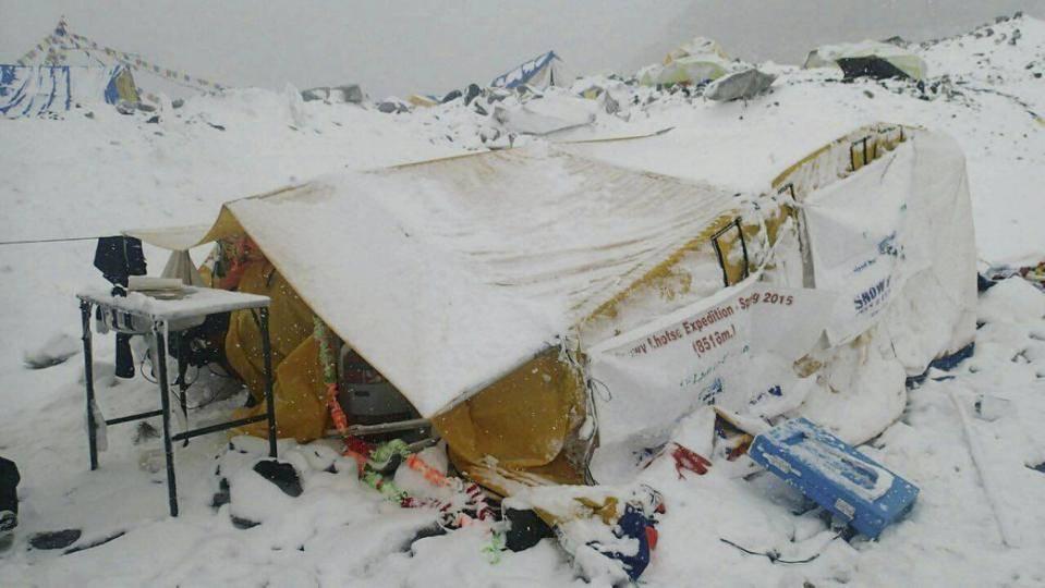 珠峰南坡登山者:仍有超过百人被困山上