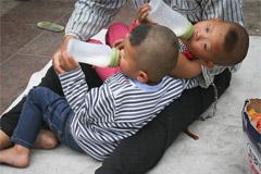 双胞胎儿童被男子用铁链拴住乞讨