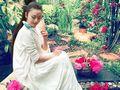 57岁杨丽萍家中采花 粉嫩装扮似仙子