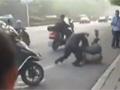 实拍两名男子当街搏斗互殴 妻儿在一旁尖叫