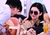 刘亦菲逛街 男粉丝求合影爽快配合显亲民