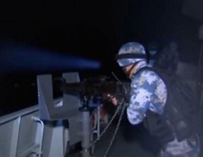 实拍中国军舰发射强光驱离海盗
