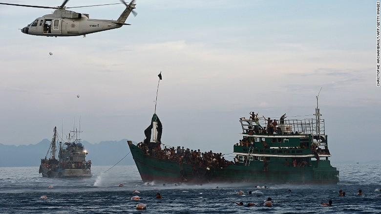 一艘搭载数百名孟加拉国籍和缅甸罗兴亚难民的偷渡船,并表示已为