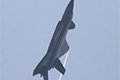 歼-20罕见低空高速机动 翼尖拉出涡流