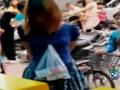 广东商场抓住女贼捆绑示众 脖子挂赃物