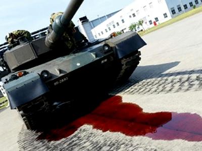 """实拍日本坦克开放日上""""大出血"""" 漏了一地"""