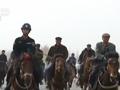 新疆上万民众骑马抓女暴恐分子 地上现一物