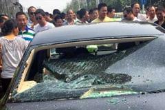 郑州一辆专车被百名的哥围堵砸车